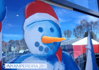 vitrinepeinte-centre-commercial-decoration-noel-bonhomme-neige-2