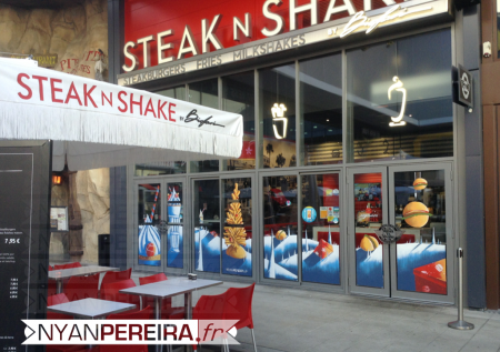 15-vitrine-peinte-noel-decoration-burger-steaknshake-fries-milkshakes-steakburgers